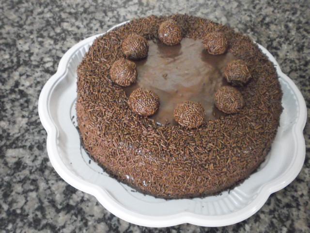 Torta de Brigadeiro (Pão-de-ló de chocolate, Recheio de Brigadeiro com Doce-de-Leite e Cobertura de Brigadeiro com Chocolate Granulado)