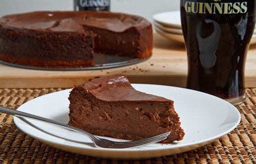 A Torta Mousse de Chocolate faz  faz dupla perfeita com cervejas do estilo Stout, marcadas por notas de caramelo e cacau.